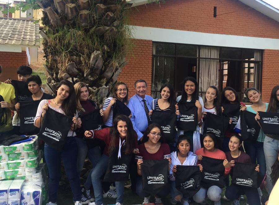 Voluntarios del colegio Calvert junto a UNIFRANZ regalan alegría a la U.E. Juancito Pinto