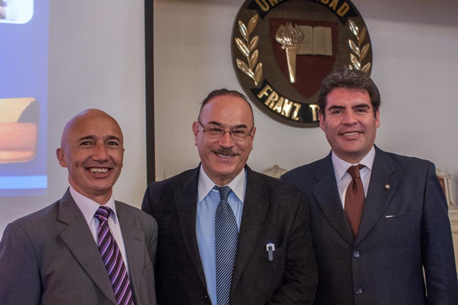 Conferencia del Dr. Ricardo Castañon en Unifranz.