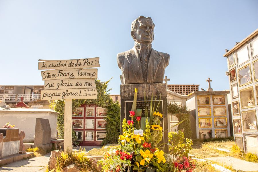 UNIFRANZ Recuerda partida de Franz Tamayo con ofrenda floral