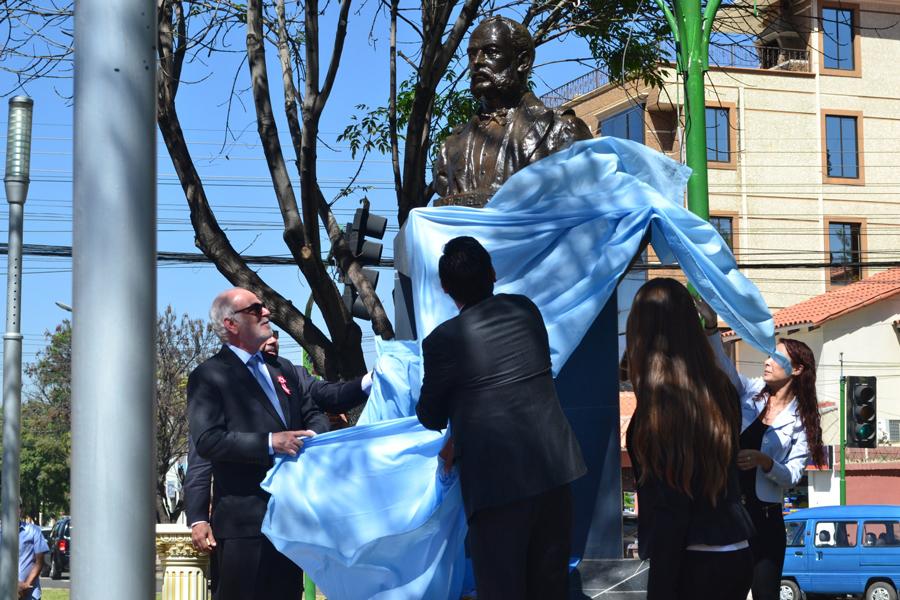 Ofrenda floral al Busto de Miguel Grau en Cochabamba