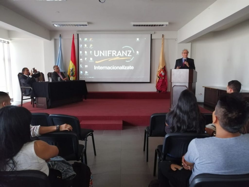 EMBAJADOR DE PERÚ DICTA CONFERENCIA MAGISTRAL EN UNIFRANZ