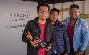 Miguel Alarcon, en el medio, junto al equipo que diseño el brazo robótico.