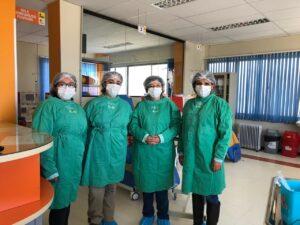 Ximena Salinas, última a la izquierda junto a su equipo de trabajo COVID19.