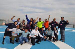 Ronald Miranda, en cuclillas de azul en la capacitación en Japón